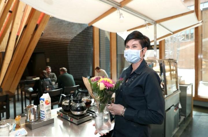 Lounasravintola Metlan työntekijä Soile Ryynänen kuvattiin viime tiistaina, jolloin asiakas muisti ravintolan irtisanottuja työntekijöitä kukkakimpulla.