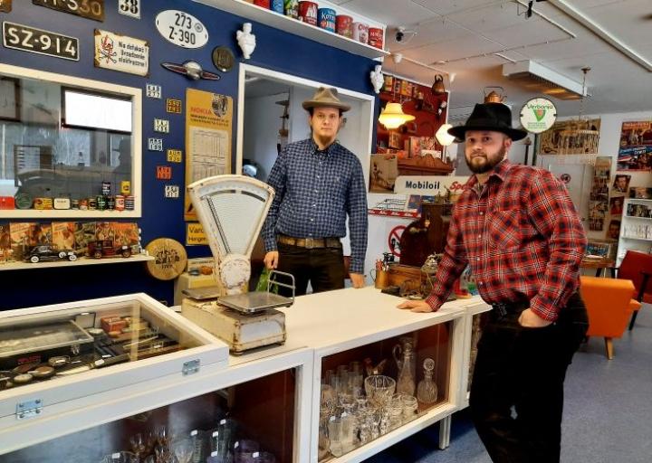 Oskari Rautiainen (vas.) ja Ville Rautiainen kertovat, että osto- ja myyntiliike Karjalan Vintage avataan puolentoista viikon kuluttua.