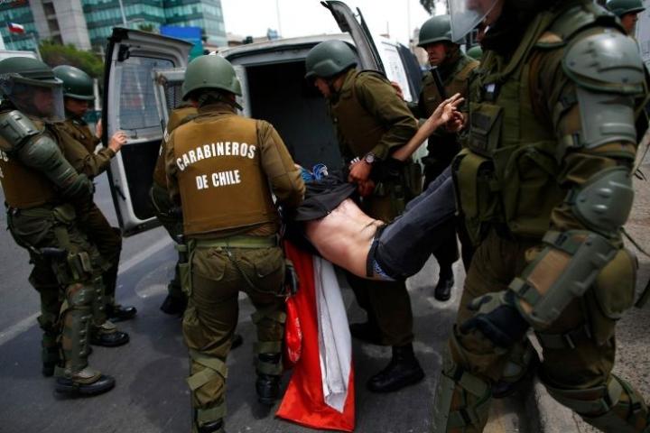 Rauhanomainen mielenosoitus muuttui naamioituneiden mielenosoittajien ja poliisin kahakoiksi. Lehtikuva/AFP