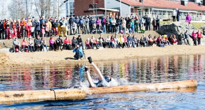 Metsäylioppilaat järjestävät perinteisen Forstikasteen vappuaattona Ilosaaressa kello 12 alkaen. Kuva viime vuodelta.