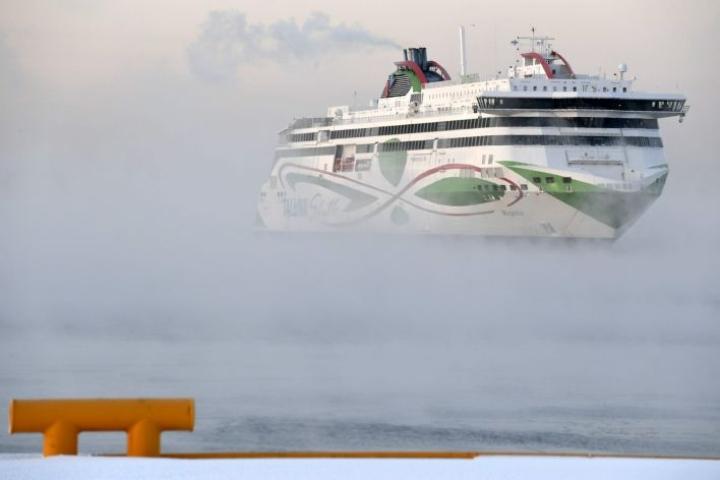 Vaatimus koskee myös kotimaahan palaavia Suomen kansalaisia. Todistusta ei edellytetä risteilymatkustajilta, jotka ovat pysyneet koko ajan laivassa. Kuvassa Megastar-alus saapumassa Helsinkiin 15. tammikuuta. LEHTIKUVA / HEIKKI SAUKKOMAA