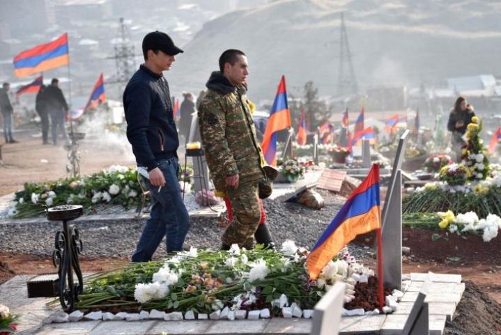 Armenian pääkaupunkissa Jerevanissa ihmiset vierailivat konfliktissa kuolleiden läheistensä haudoilla lauantaina. LEHTIKUVA / AFP