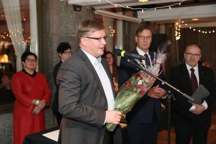 Ari Mononen palkittiin torstaiaamuna kaupungintalolla arvostetulla Joensuu-palkinnolla.
