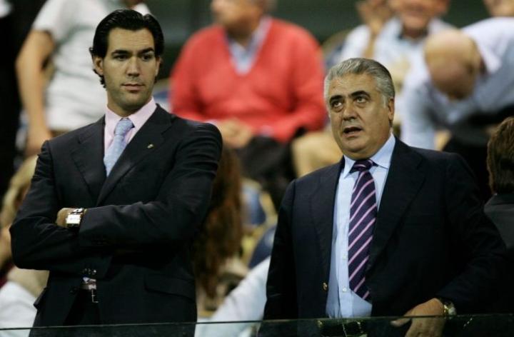 Lorenzo Sanz (oik.) toimi espanjalaisjoukkueen puheenjohtajana vuodesta 1995 vuoteen 2000. Kuvassa vasemmalla Sanzin poika Lorenzo Sanz nuorempi. LEHTIKUVA / AFP