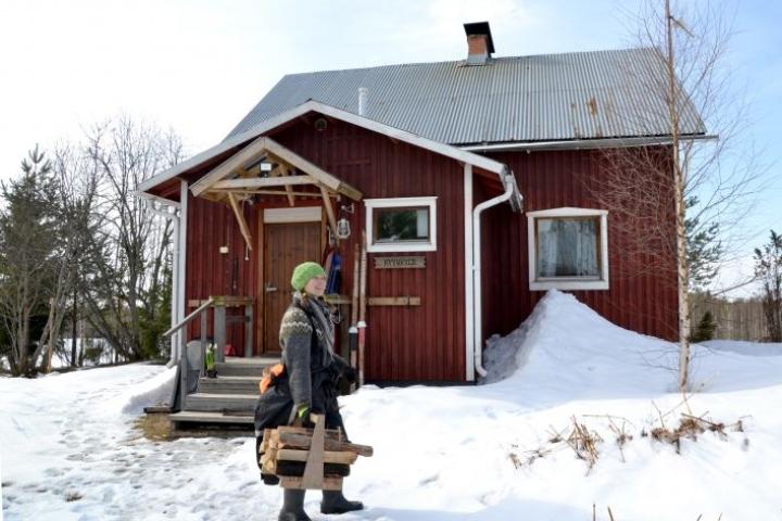 Terhi Ilosaari on viihtynyt hyvin uudessa kodissaan, 1950-luvun rintamamiestalossa. Pihapiiriin kuuluu myös vanha navetta ja mahtavalöylyinen sauna.