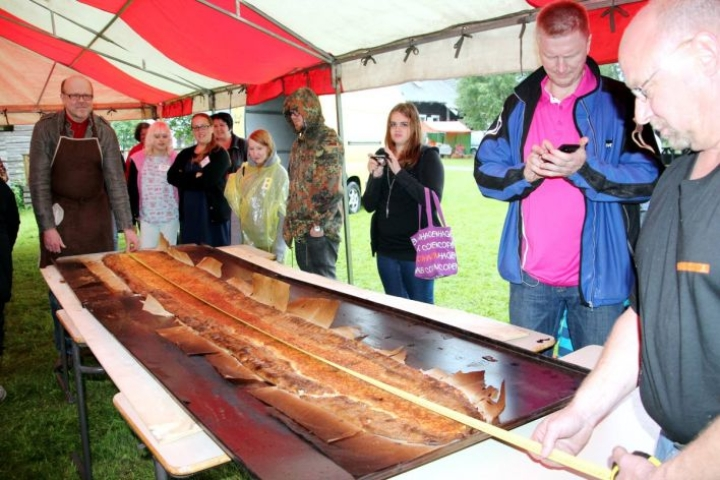 Ilomantsin Parppeinvaaralla on leivottu maailmanennätyspiirakoita jo aiemmin. Tämä 307-senttinen piirakka leivottiin kesällä 2013.