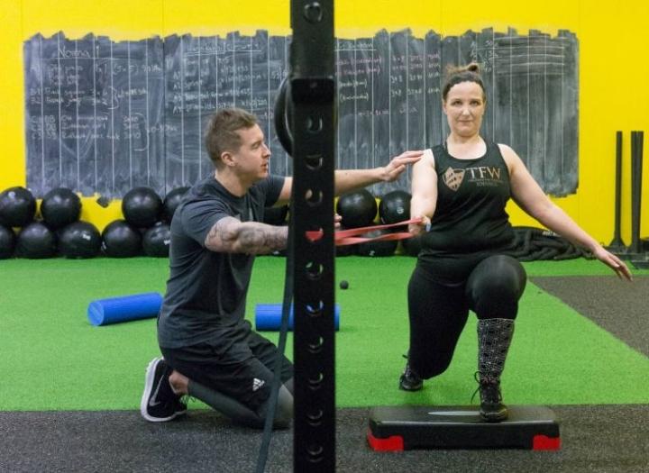 Laura Viiliäinen palkkasi personal trainerin, koska hän haluaa tehdä liikkeet oikein. - Tuomas joutuu koko ajan korjaamaan ja neuvomaan minua.