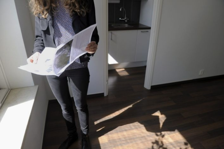 Yksin asuntolainaa hakeva voi joskus joutua tekemään kompromisseja asumisunelmansa suhteen. LEHTIKUVA / JARMO STENMARK