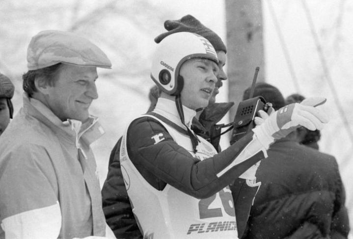 Matti Nykänen (keskellä), lajipäällikkö Matti Pullin (vasemmalla) ja valmentaja Risto Pirttimäen kanssa seuraamassa tulosta Matin maailmanennätyshypyn jälkeen Planican lentomäen MM-kisoissa 1985.