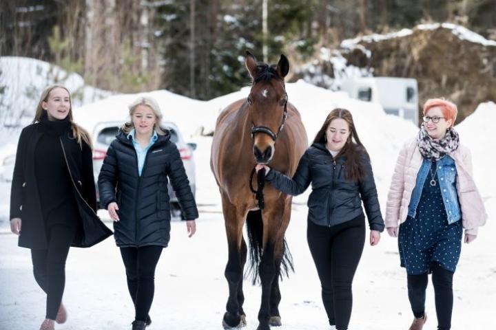 Janika Tolvanen (vas.), Nenna Pääkkönen, Jenna Pääkkönen ja heidän äitinsä Marjaana Pääkkönen olivat liikenneonnettomuudessa viime syyskuussa. Mukana oli myös kuljetusautossa matkustanut Prada-hevonen.