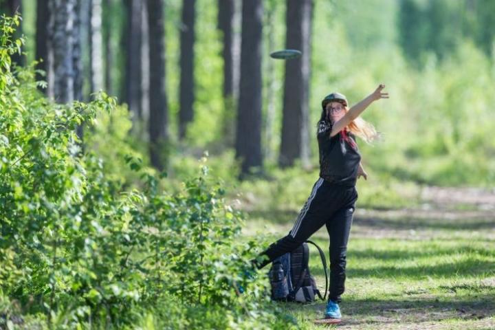 Junioriluokassa pelaava Sinna Talvensola, 15, haluaa innostaa tyttöjä mukaan frisbeegolf-harrastukseen.