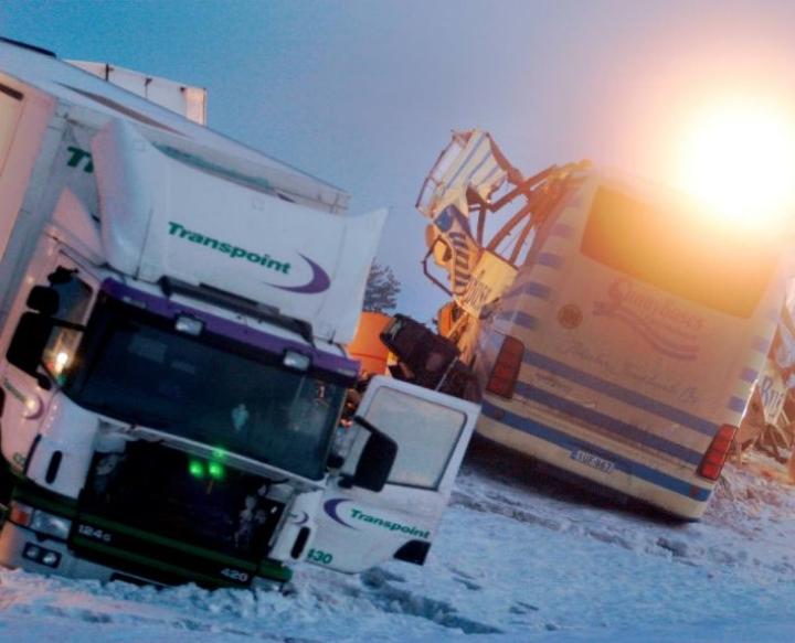19. maaliskuuta 2004 rekan perävaunu luisui linja-auton eteen ilmaisesti tien liukkauden takia. Rekan kyydissä olleet paperirullat paiskautuivat linja-auton sisään. 23 kuoli ja 15 loukkaantui.