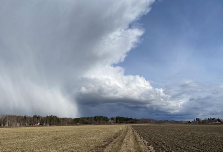 Sadetta enteilevät pilvet risteilivät Pyhäselän Mulon yllä lauantaina 24. huhtikuuta.