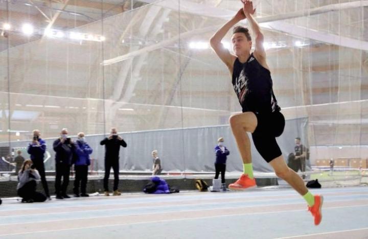 Simo Lipsaselle tuli sunnuntaina useita yliastumisia, mutta paras hyppy toi uuden kenttäennätyksen.