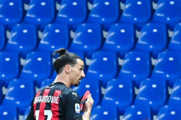 Ibrahimovicin loukkaantuminen on huolestuttanut Ruotsissa, sillä EM-turnauksen alkuun on enää kuukausi. LEHTIKUVA/AFP
