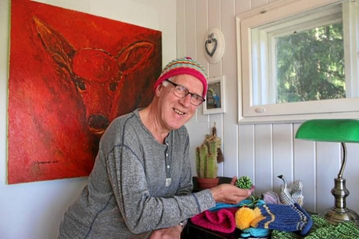 Mauri Laakkonen antaa selkeitä neuvoja myös aloitteleville kutojille. Kuva on viime kesältä Laakkosen kotoa.