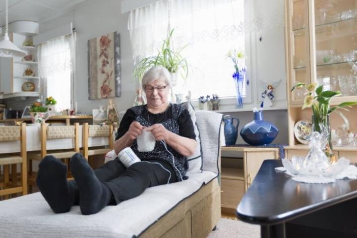 Maija Vottonen ei katsele televisiotakaan jouten. Hänellä on käsissään lähes aina jokin käsityö.