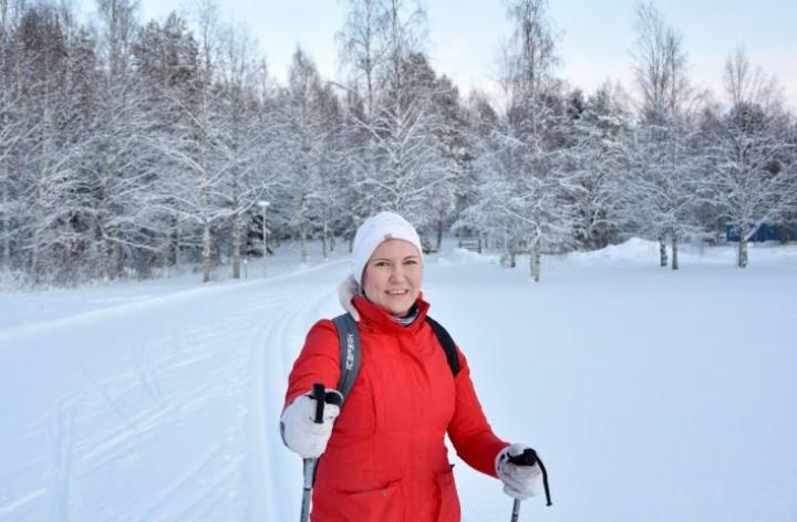 Nurmeksessa hiihtoreissulle voi valita joko taajamassa kulkevan ladun, metsäladun tai jääladun. Toimittaja valitsi ladun Hyvärilästä Ellulle.