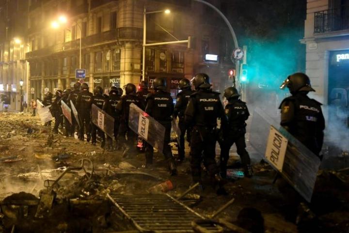 Väkivaltaisuudet ovat pahentuneet Espanjan Barcelonassa poliisin ja mielenosoittajien välillä lauantain vastaisena yönä.