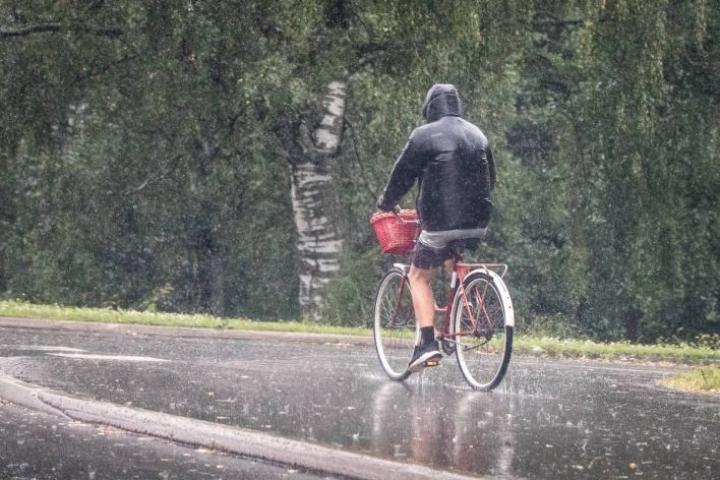 Heinäkuu oli tavanomaista sateisempi koko maassa. Joensuussa satoi runsaasti 23. päivä.