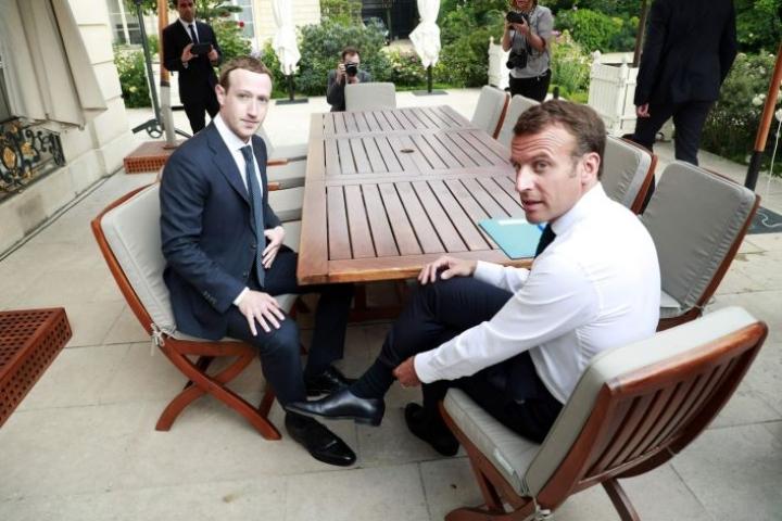 Ranskan presidentti Emmanuel Macron ja  Facebookin toimitusjohtaja Mark Zuckerberg tapasivat tänään Pariisissa. LEHTIKUVA / AFP