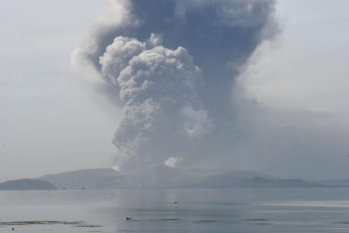 Taal alkoi syöstä ilmoille tuhkaa ja laavaa sunnuntaina. Tulivuori sijaitsee 65 kilometrin päässä maan pääkaupungista Manilasta. LEHTIKUVA/AFP