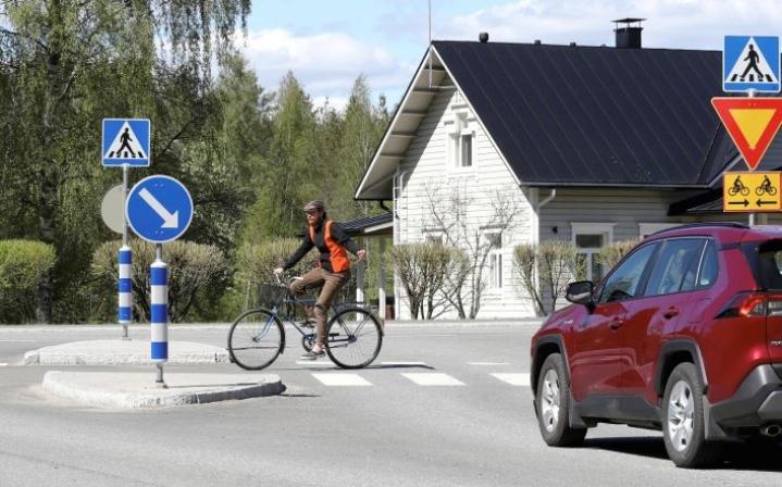 Pyöräliiton toiminnanjohtajan Matti Koistisen voi nähdä Ylämyllyllä, jonne hän polkaisee usein mökiltään Mattisenlahdesta. Pyörätien jatkeille merkitään kesään 2023 mennessä väistämisvelvollisuudesta kertovat kärkikolmiot ja kaksisuuntaisista pyöräteistä varoittava lisäkilpi.
