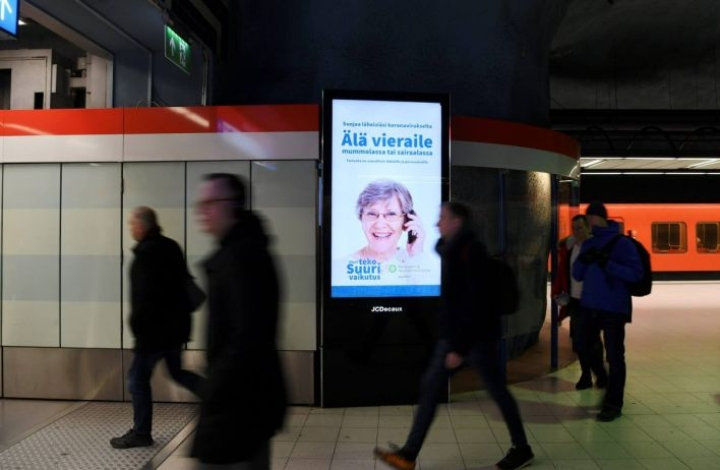 Viranomaiset aloittivat ison koronavirustietoutta lisäävän mainoskampanjan. Näin suomalaisia neuvottiin Ruoholahden metroasemalla Helsingissä perjantaina 20.maaliskuuta.