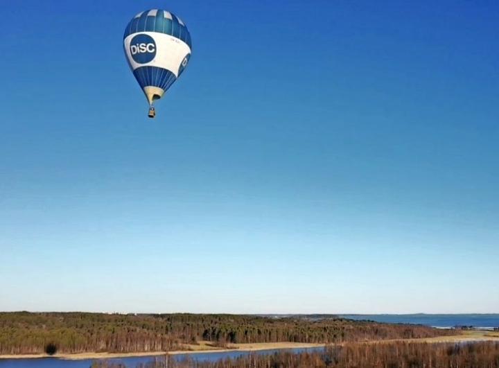 Jarno Artika sattui paikalle kuvaamaan kuumailmapallon lähtöä perjantaina illalla.