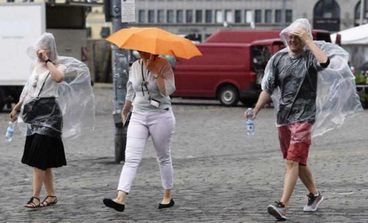 Kevyttä sadetta Kauppatorilla Helsingissä 16. kesäkuuta 2020. LEHTIKUVA / VESA MOILANEN