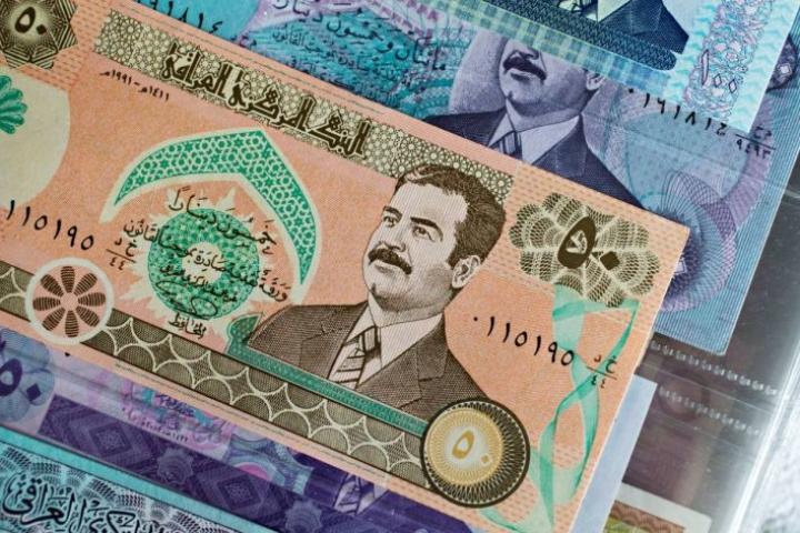Saarisen setelikokoelmista pilkistää  irakilainen seteli, jossa tuijottavat kuolemaan tuomitun diktaattori Saddam Husseinin kasvot.