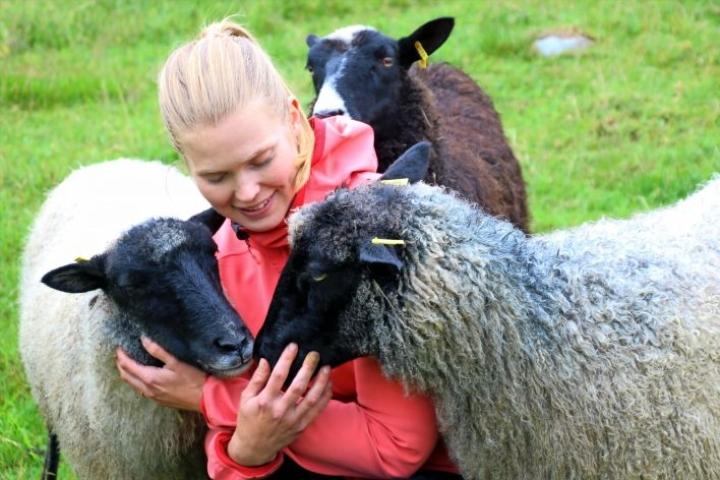 Elämä on nyt arvokasta ja antoisaa, maaseutuyrittäjäksi ryhtynyt Riikka Turunen sanoo. Lampaita katraassa on nyt viisi.