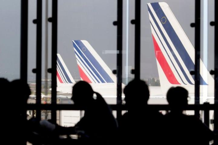 Mielenosoittajat kävivät Air Francen henkilöstöpäällikön ja toisen johtajan kimppuun ja repivät heiltä paidat riekaleiksi. Lehtikuva/AFP