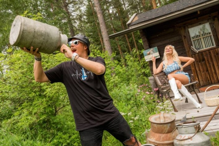 Petri Nygård ja Erika Vikman irrottelevat Suomineidot-kappaleessa.