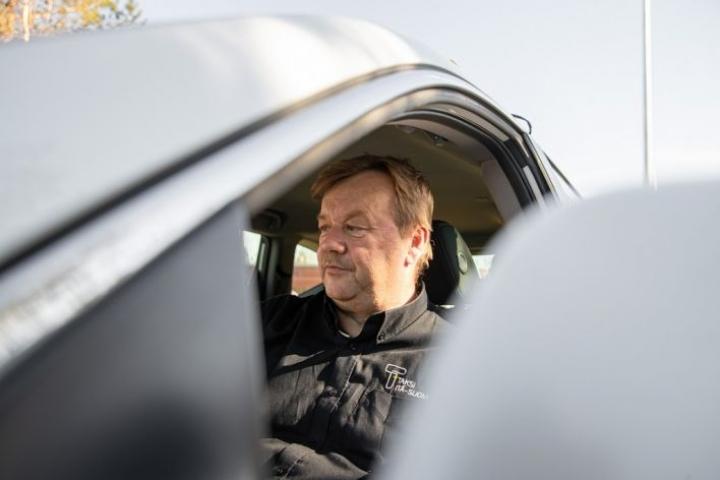 Jari Hänninen taksinsa ratissa.
