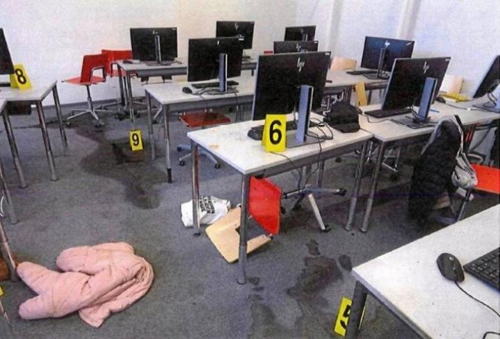 Kuopion kouluiskun uhreista suurin osa oli yhden luokan opiskelijoita ja saman luokan opettaja. Kun oppilaat pakenivat, luokkaan jäi heidän tavaroitaan, kaatuneita tuolia ja kouluiskun tekijän lattialle levittämää bensiiniä.