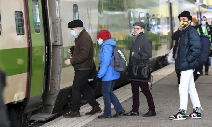Uusi linjaus ei kuitenkaan vaikuta jo ostettuihin junamatkoihin, eikä asiakkaiden tarvitse muuttaa tai peruuttaa junalippuja. LEHTIKUVA / HEIKKI SAUKKOMAA