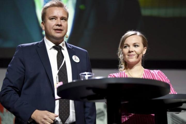 Keskustan puheenjohtajaehdokkaat Antti Kaikkonen ja Katri Kulmuni olivat tentissä Kouvolan jäähallissa viimeistä kertaa ennen ylimääräisen puoluekokouksen alkua.