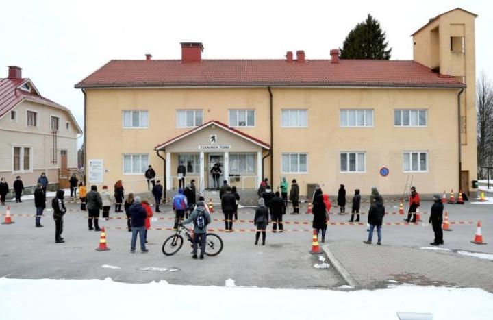 Kontiolahden kunnanvaltuusto kokoontui viime vuoden huhtikuussa ulkona koronaepidemian takia.