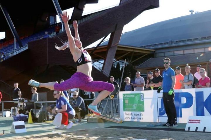 Katajan seitsenottelija Jutta Heikkinen päätti kilpailutaukonsa ja ponnisti pituuskisan ykköseksi keskuskentän jäähyväiskisoissa.