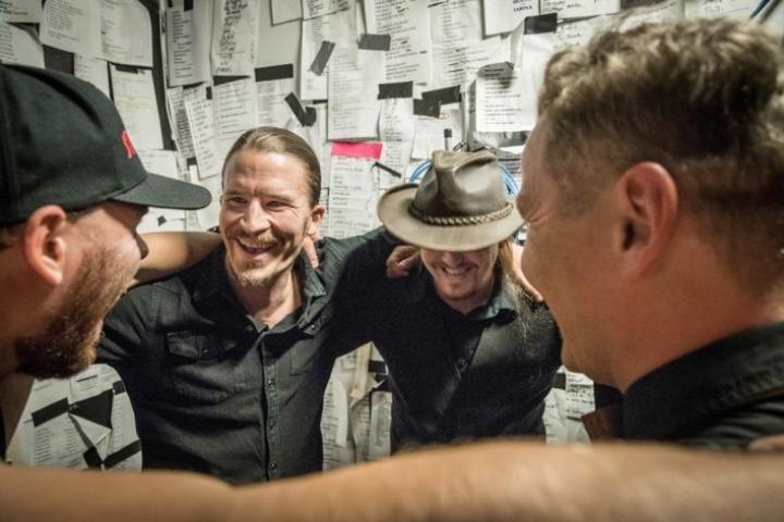 Stonehillsin jäsenet kokoontuvat aina ennen esiintymistään rinkiin. Luottamuksen piiri on bändin kolmevuotisen keikkahistorian alusta asti säilynyt yhteinen hetki.