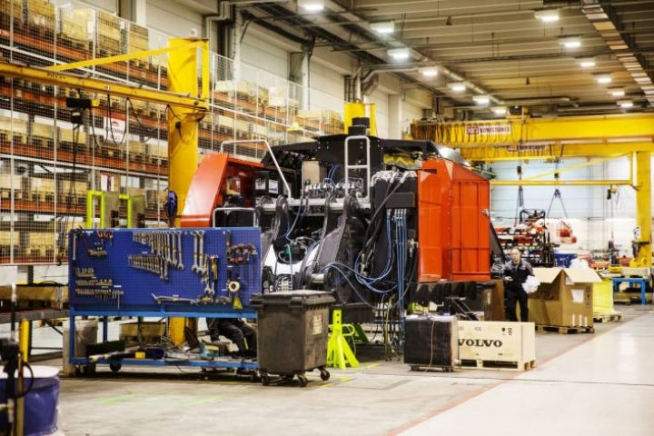 Mantsisen Ylämyllyn-tehtaalla valmistetaan satamanostureita.