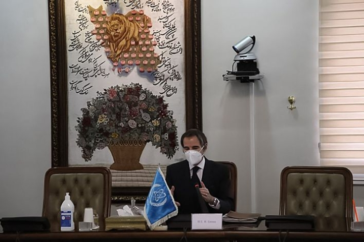 IAEA:n johtaja Rafael Grossi oli viikonloppuna neuvottelemassa Iranin atomienergiajärjestön johtajan kanssa. LEHTIKUVA/AFP/Handout/Iranin atomienergiajärjestö