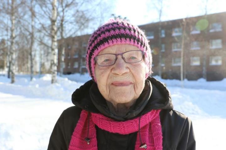 Nurmeksen keskustassa maanantaina postiasioilla piipahtanut satavuotias Helvi Valpe luottaa muiden tekemään päätökseen vaalien siirtämistä, ja toivoo pääsevänsä itsekin äänestämään kuntavaaleissa.