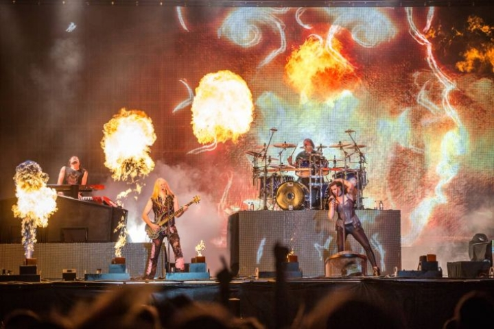 Nightwish kesällä 2018 Ilosaarirockin lavalla.