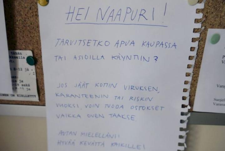 Naapuriapua rappukäytävässä Helsingissä. Kuvituskuva.