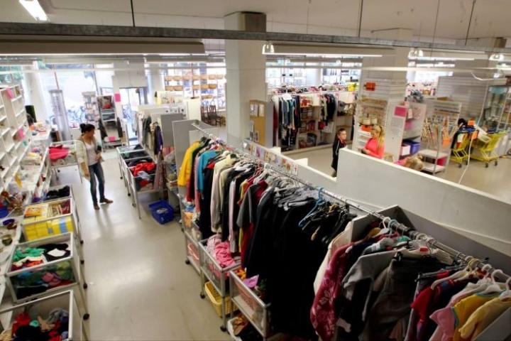 Kirpputorilla voi shoppailla hyvillä mielin, sanoo ekoteologi Pauliina Kainulainen.