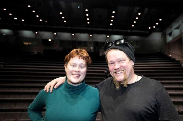 Saima ja Ville Haapasalo näyttelevät ensi helmikuussa ensimmäistä kertaa yhdessä. Mukana Lahden kaupunginteatterin Karnevaali 2020 -teoksessa on myös Villen isä Osmo Haapasalo.