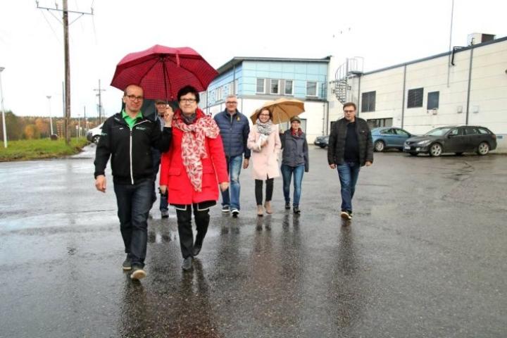 Puhos-hallin tuotanto- ja varastotiloista on vuokrattu jo noin 2 000 neliömetriä. Tiloja markkinoiva Mika Juvonen (edessä) ja kaupunginjohtaja Eeva-Liisa Auvinen uskovat tilojen täyttyvän muutamassa vuodessa.