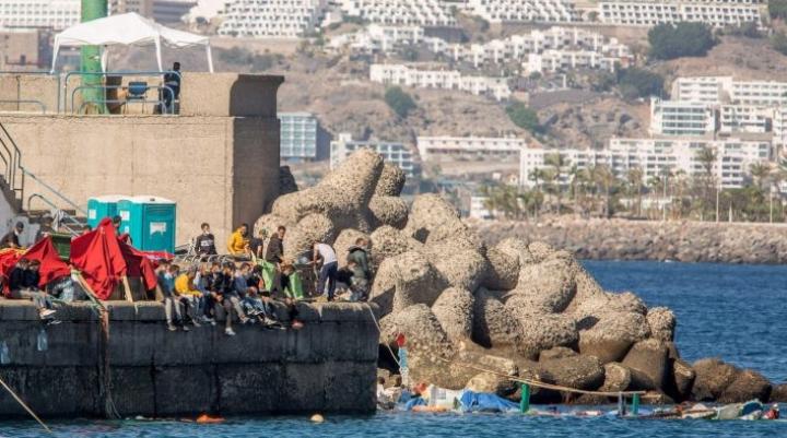 Veneistä pelastettuja ihmisiä Arguineguinin satamassa Gran Canarialla viime vuoden lopulla. LEHTIKUVA/AFP